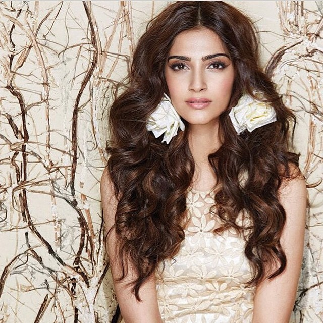 Sonam kapoor Sexy Cleavage Pictures-She is like Sex Bomb in the Photoshoot Hot to Watch