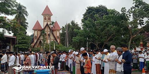 Umat Muslim Tana Toraja Shalad Id di Depan Gereja Katolik, Bupati: Kami Melebur Kebekuan