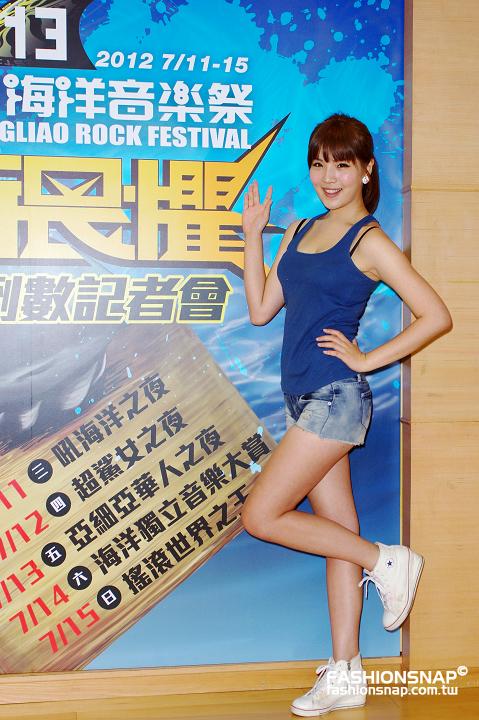 2012.07.04 海祭倒數記者會舉牌女孩 - Showgirl 林品錡(小杰)