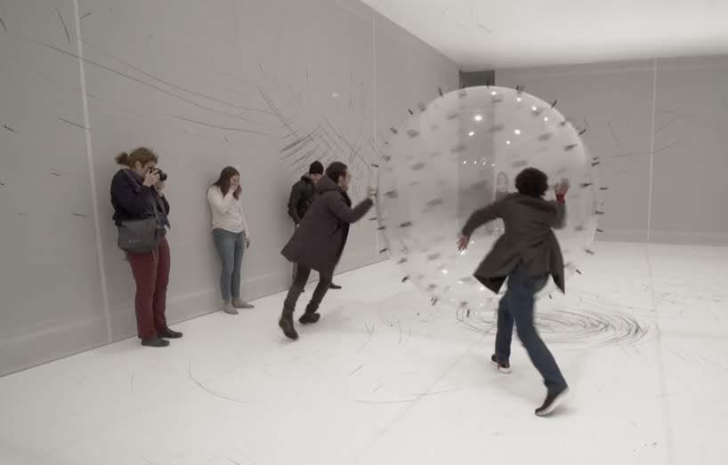 Una esfera llena de helio y tachonada de carbón realiza diseños impredecibles