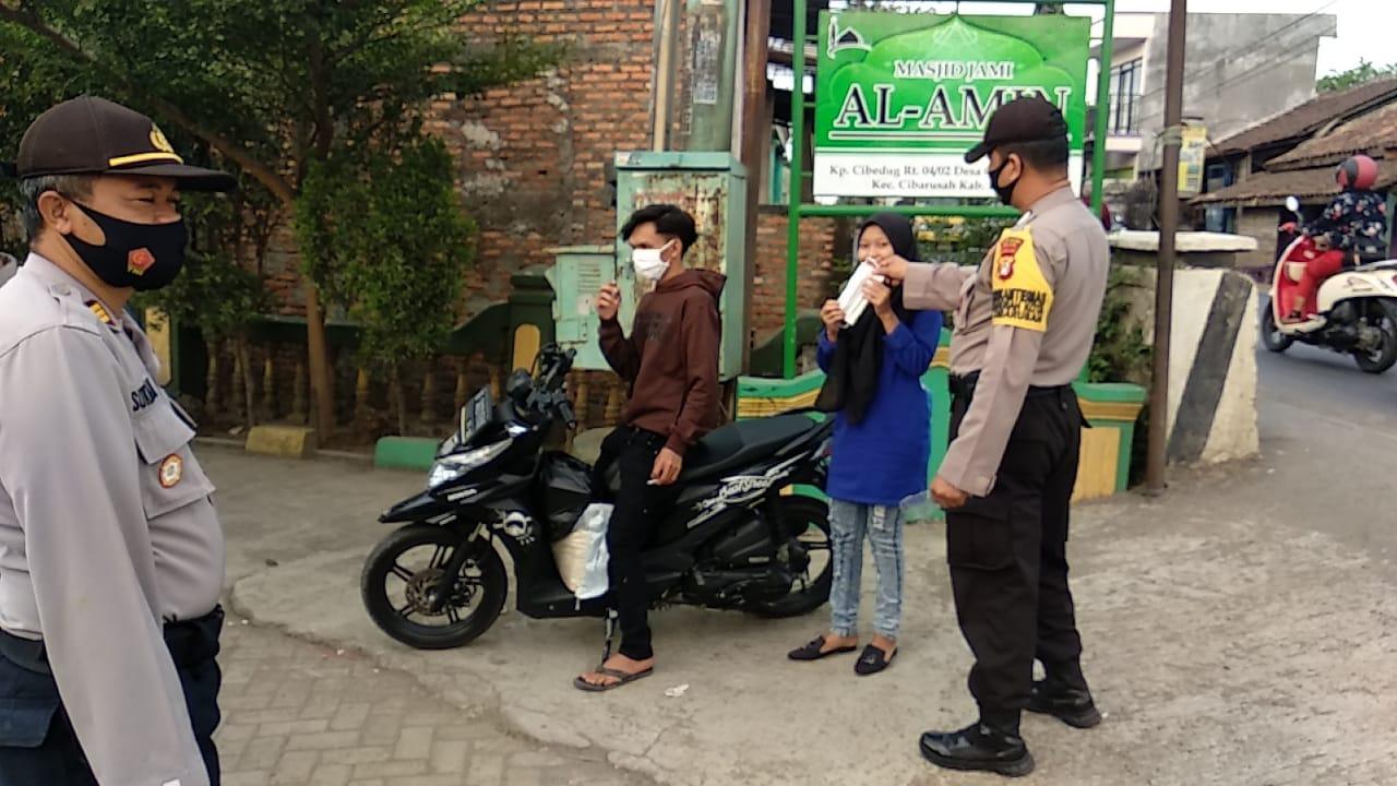 Polsek Cibarusah Lakukan Kampanye Pembagian Masker