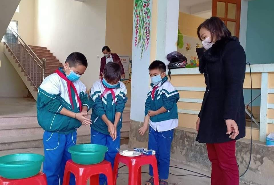 Hướng dẫn học sinh cách đeo khẩu trang và rửa tay
