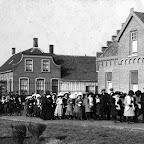 img029_1915.Op het kerkplein bij de eerste communie van Jaantje  Stoop_bew.jpg
