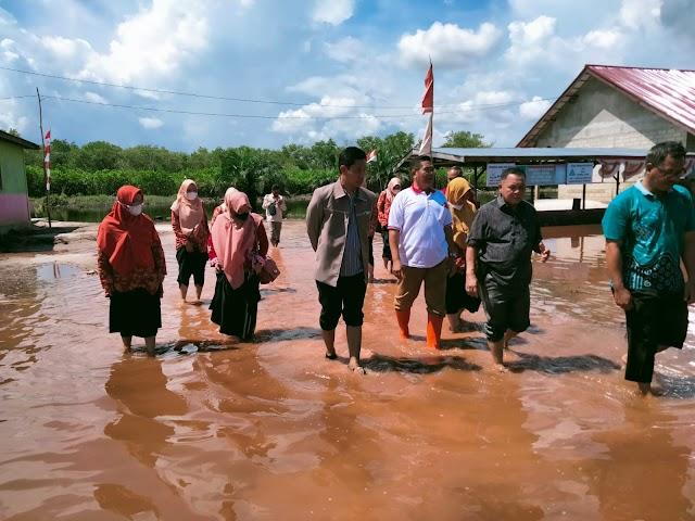 Kemenag Pulang Pisau Serahkan Bantuan untuk Korban Banjir di Katingan
