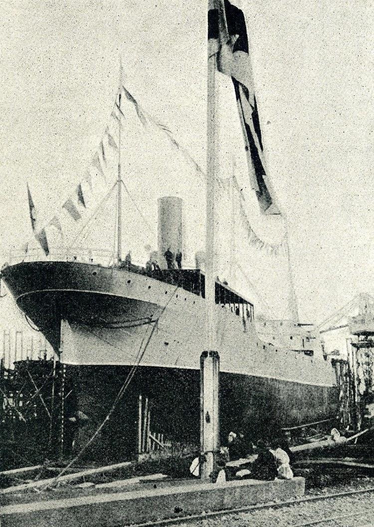 El ARTZA-MENDI en construcción en las gradas de Euskalduna. De la revista Catalunya Marítima. Año 1921.JPG