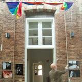 de Vrdesambassadeur Bert Woudstra verricht de openingshandeling Vredesweek 2014