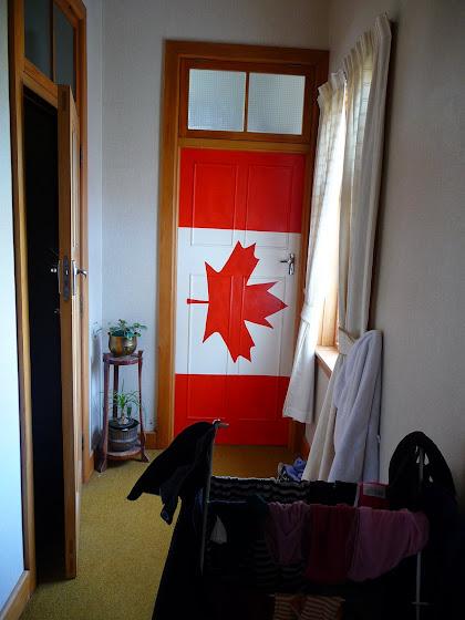 Esta es la puerta de la pieza donde yo duermo que tiene la bandera de Canadá