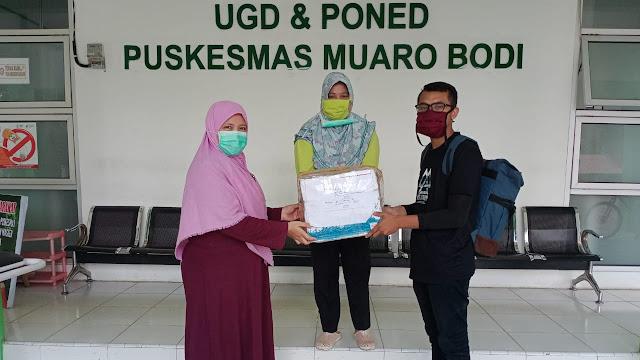 Foto: Diserahkan Fakhri. Tunjukan Kepedulian, Audy Joinaldy Bantu APD untuk Puskesmas Muaro Bodi.