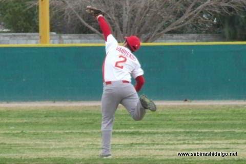 Emilio Chapa de Yaquis fildeando en el beisbol municipal