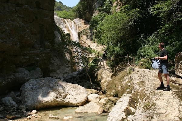 Πεζοπορία και κολύμπι στους καταρράκτες στο Δημοσάρι | Lefkada Slow Guide