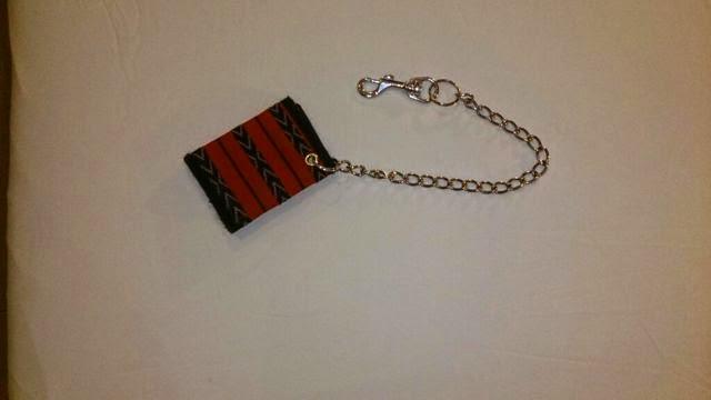 スリ対策にチェーン付きの財布を持つ