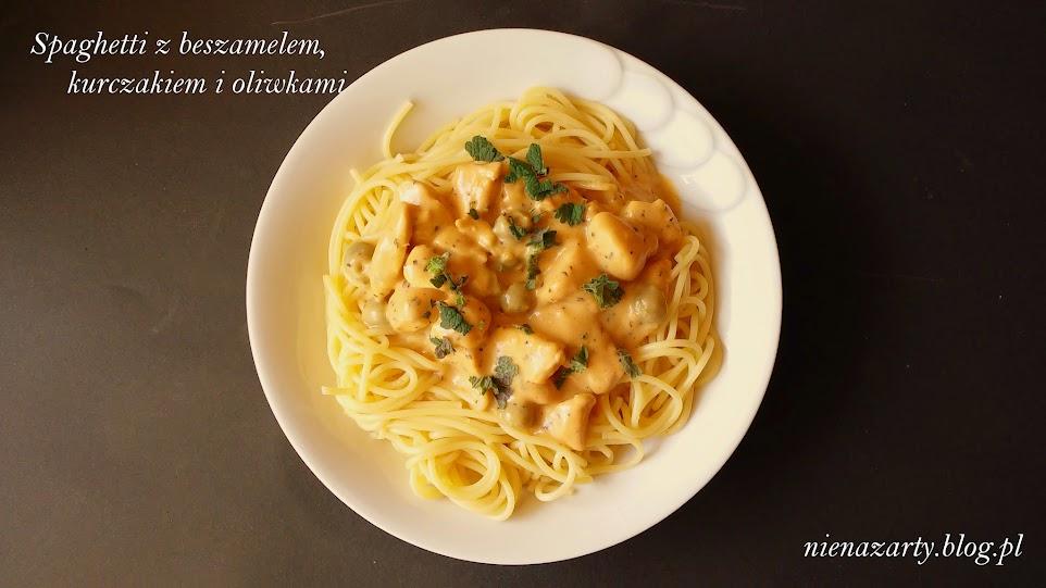 spaghetti z beszamelem, kurczakiem i oliwkami