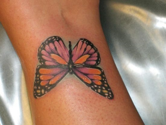 borboleta_colorida_tatuagem_no_pulso