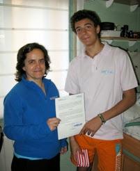 Dani recibiendo su certificado de voluntariado