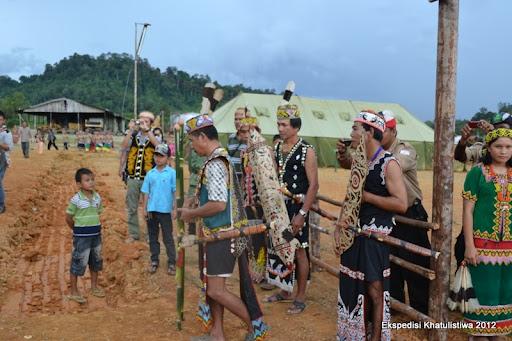 Masyarakat Adat Dayak di Long Bagun melakukan ritual Tapoq untuk menyambut kedatangan Tim Ekspedisi Khatulistiwa