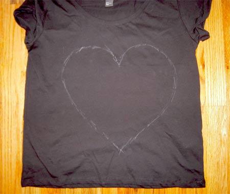 Faça igual customizando com menos: camiseta com coração desbotado