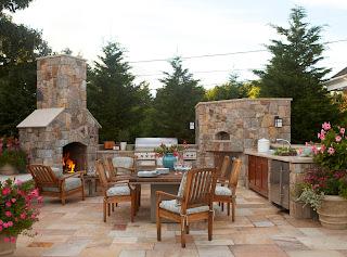 cocina exterior piedra con chimenea
