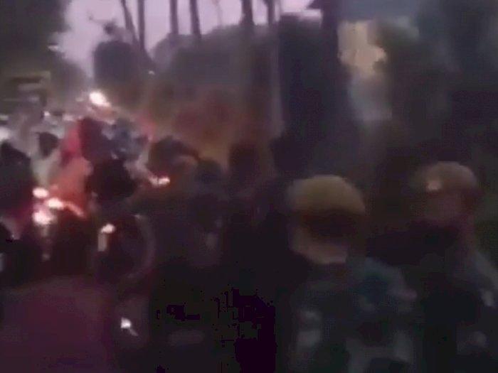 Suramadu Mencekam, Viral Video Petugas Dilempar Petasan Akibat Kebijakan Diskriminatif