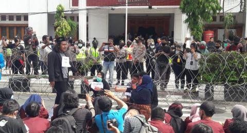 Demonstran Balikpapan Ganti Rugi Kerusakan Pagar Masjid Pasca Aksi Jilid II