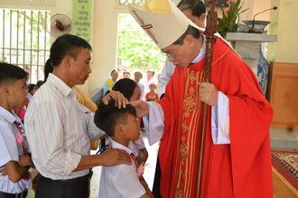 Đức Cha thăm mục vụ xứ Yên Vân và ban Bí tích thêm sức cho 46 em thiếu nhi