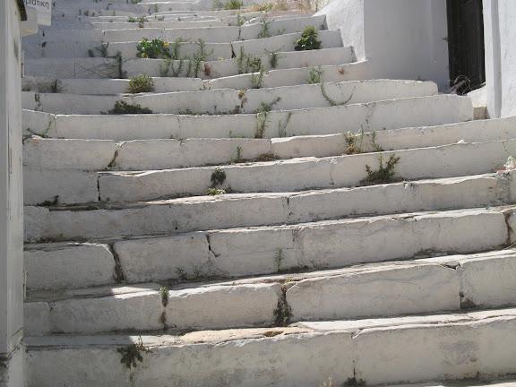 Escaleras de mármol de una calle de Apiranthos, en Naxos