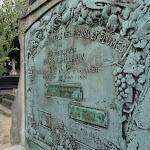 Cimetière de Belleville : tombe CAILLAUX Jules (1849-1916), Président et bienfaiteur de la Société pour l'assistance paternelle aux enfants employés dans les fabriques [puis industries] des fleurs et des plumes.