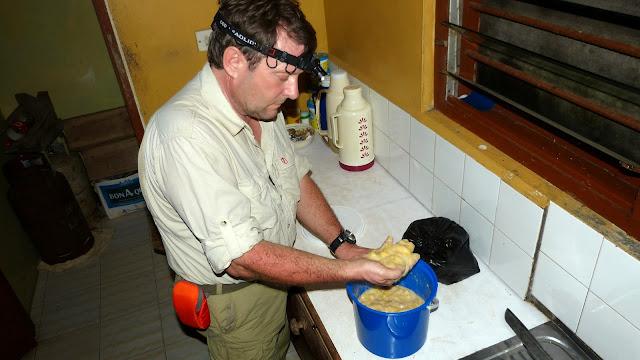Préparation de l'appât pour les pièges. Bobiri Forest (Ghana), 1er décembre 2013. Photo : J.-F. Christensen