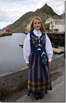 5 nyksund jeune fille en tenue traditionelle