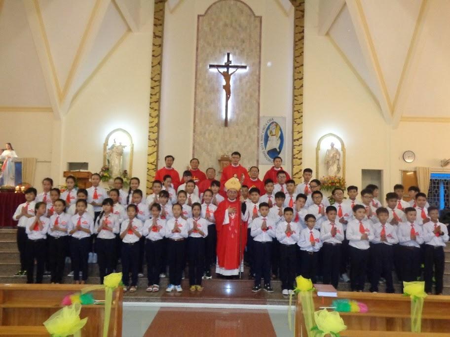 Đức Cha Giuse Giám Mục Giáo phận thăm mục vụ, ban bí tích thêm sức và làm phép linh đài Đức Mẹ Nhân Lành, Đức Mẹ La Vang cùng linh đài thánh thánh Giuse tại Giáo xứ Ba Ngòi