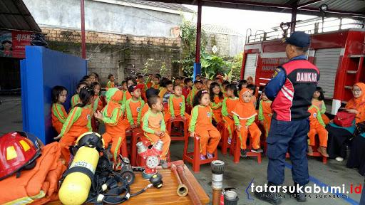 Siswa TK Kartini Dharma Nagrak Belajar Menjadi Pemadam Kebakaran