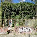 Rue Brûlée : maison en ruine envahie par la végétation