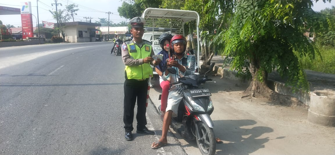 Satlantas Polres Tanjung Balai Bagi Bunga Mawar dan Coklat