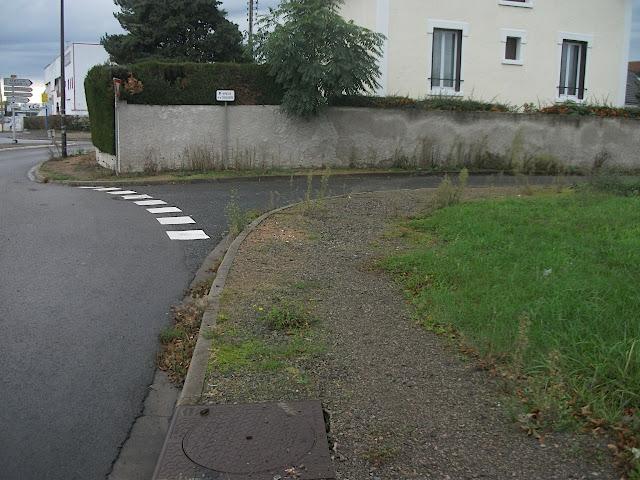 Impasse… avec marquage au sol de cédez-le-passage s'étendant à l'ensemble de la rue