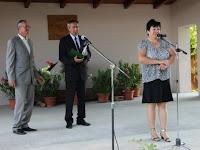 Marczell József a PBT vezetőségi tagja (b) és Erdős Péter, a társulás elnöke hallgatja Szerencsés Magdolna köszönő szavait.JPG