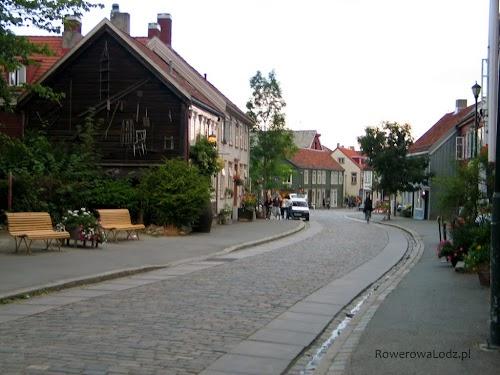 Starówka Bakklandet - kamienne płaskie płyty w miejscu rynsztoka pozwalają jeździć rowerami