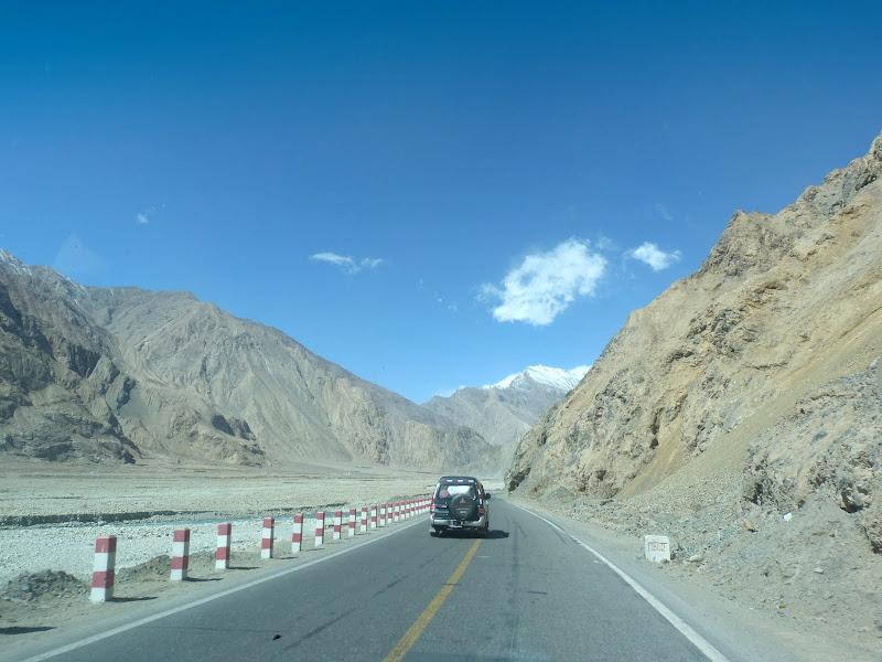 XINJIANG. Karakoram Highway, lune des plus haute route au monde, en passant a 4400 m - P1280473.JPG