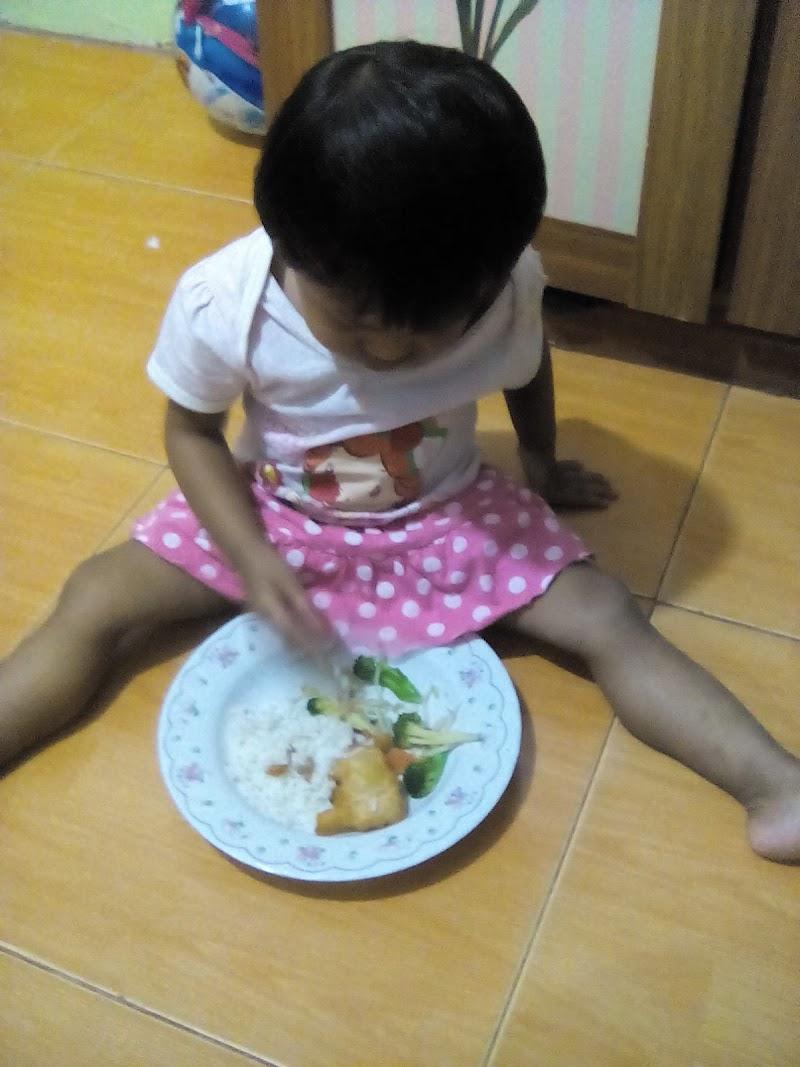 Fiza belajar makan sendiri