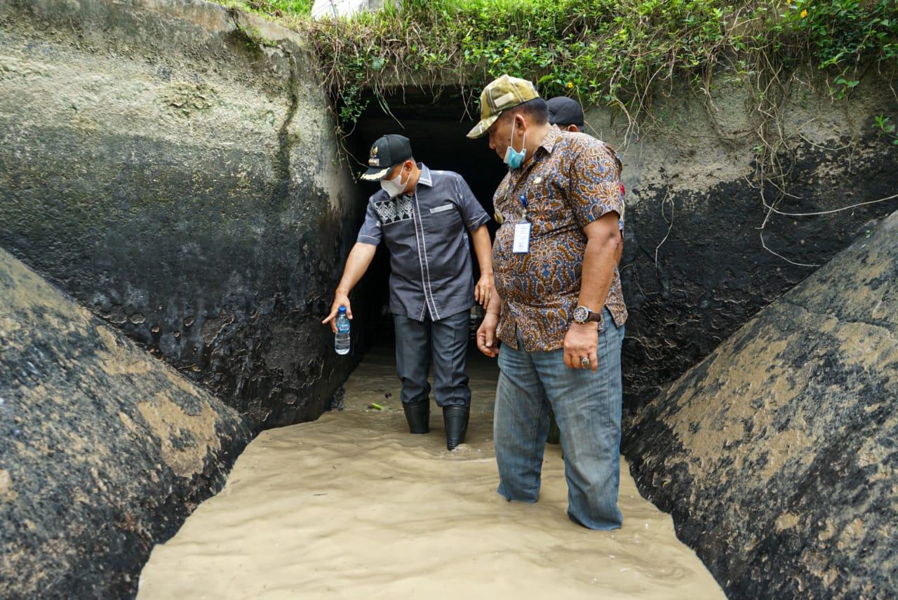 Bupati Batu Bara Turun ke Gorong - Gorong Pintu Air Sungai Serba Jadi