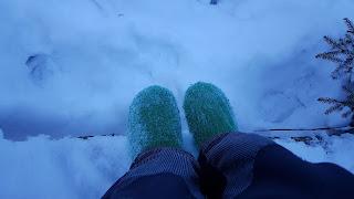 Sukkakenkien kanssa lumessa.