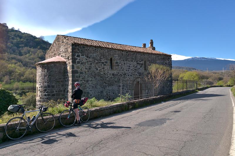 Biserici vechi de 1200 de ani, asezate langa transformatoare moderne.