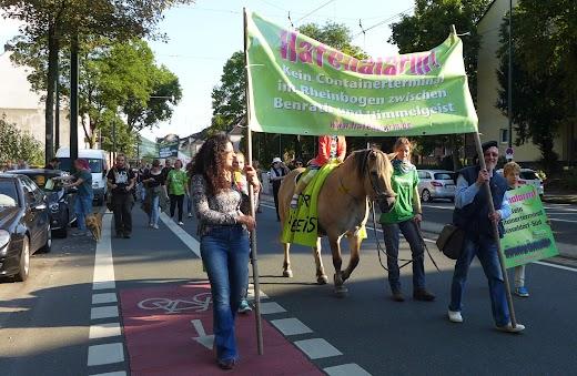 Demonstrantinnen mit Transparent und Pferd.