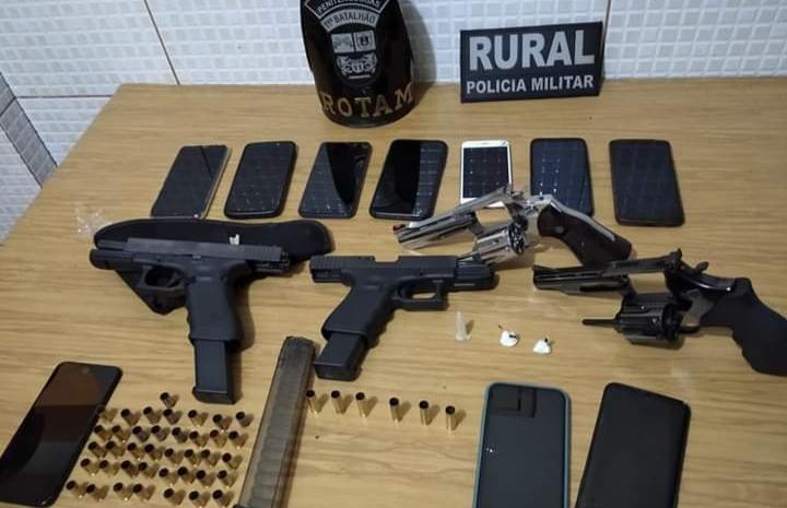 Campo Mourão: PM acaba com festa em chácara e apreende armas de fogo e drogas; dez pessoas foram encaminhadas à delegacia durante a ação policial
