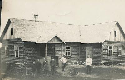 Народный дом в Переволоке, правая дверь вела на сцену(из архива Яснова В.И.)