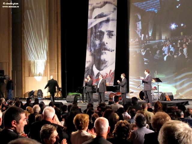 Tudor Gheorghe părăsind scena. Bucureşti, Sala Palatului, 21 octombrie 2012.
