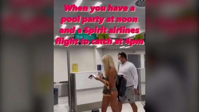Nữ du khách mặc bikini lên máy bay