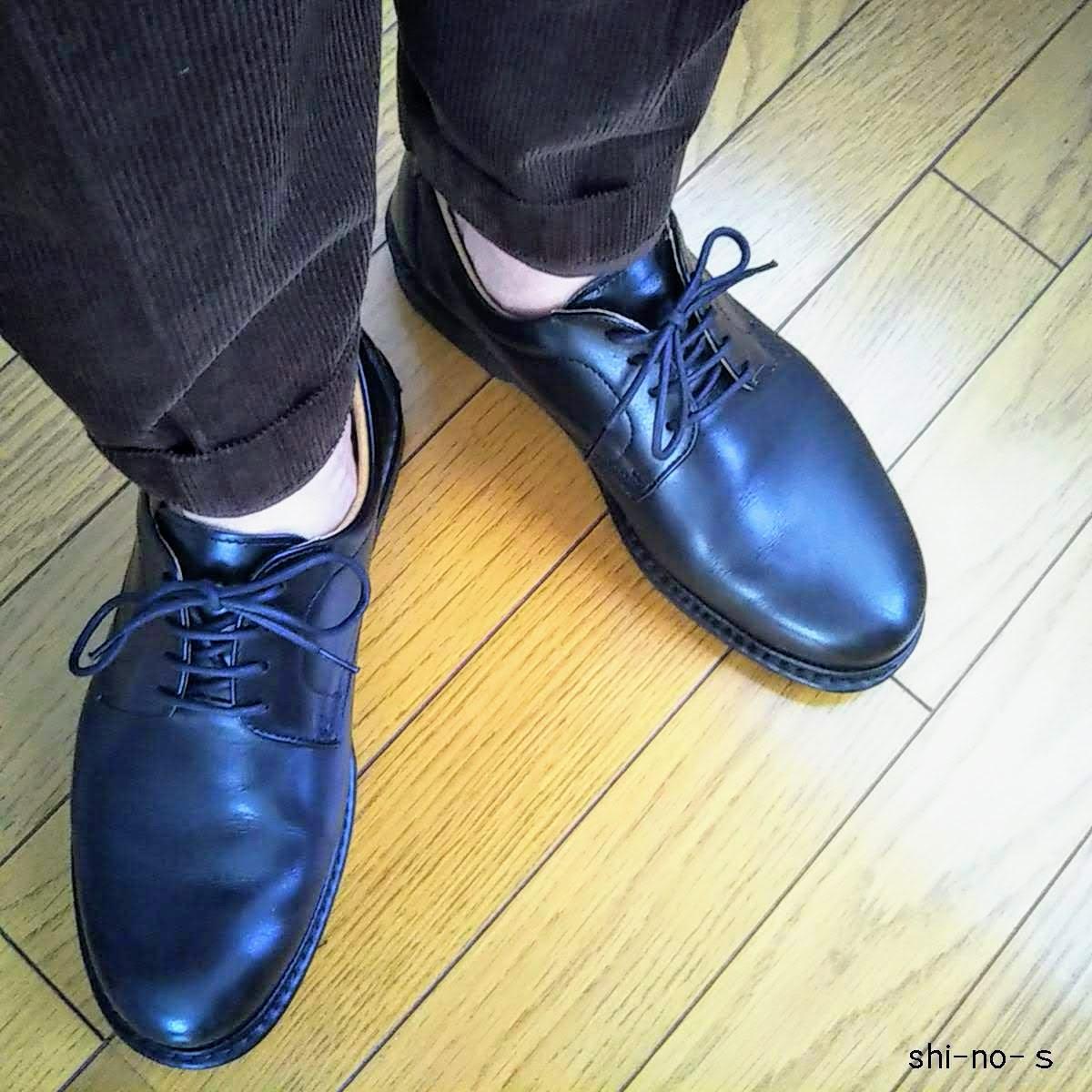 革靴から見える素肌の足首