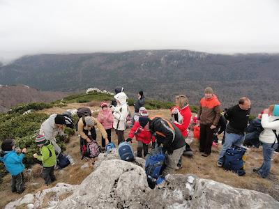 Pune se ruksaci sa kamenjem radi jakog vjetra.Da nam neko ne odleti u Sloveniju.