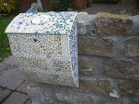 Briefkasten Mosaik Steine aus Morano-Glas und farblich abgestimmten Muscheln Das Muster der mauer wird angedeutet