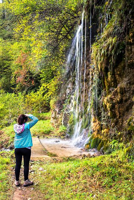 Admirando la cascada en la ruta del Río Pendón