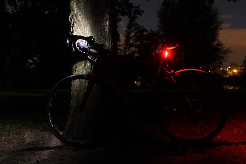 Vorn Cateye HL-EL 135, hinten Lupine Rotlicht auf kleinster Leuchtstufe